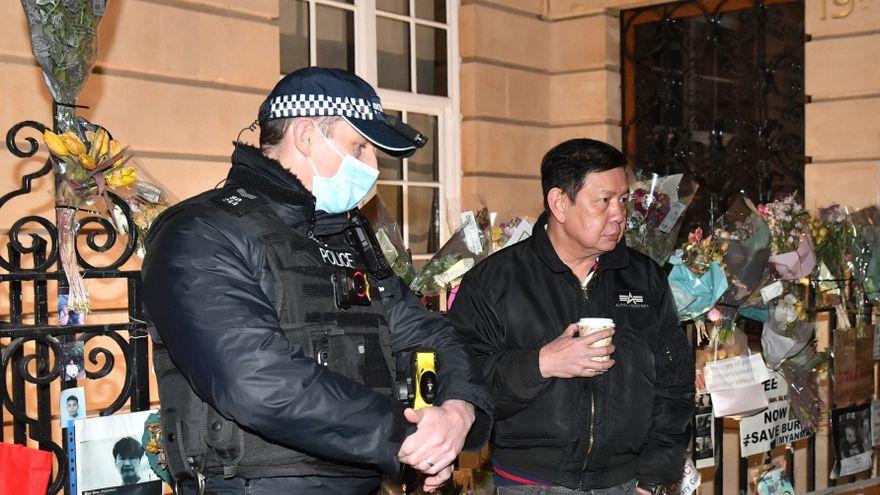 Miembros de la embajada de Myanmar en Londres deniegan la entrada al embajador y este pasa la noche en su coche